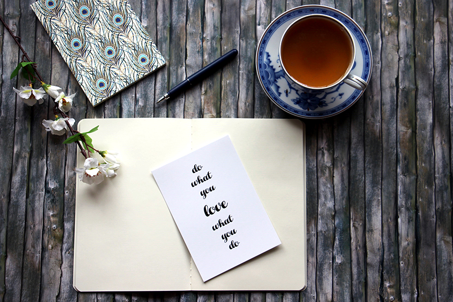 Notizbuch, Stift und Tasse Tee